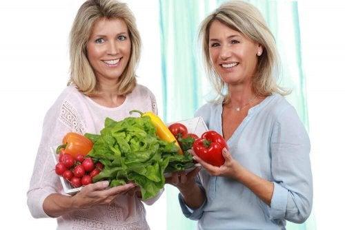 Prietene cumpărând legume sănătoase