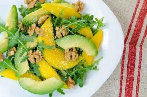 Salată cu mango și avocado