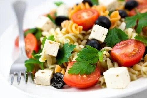 Salată vegetariană cu paste