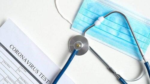Stetoscop și mască medicinală