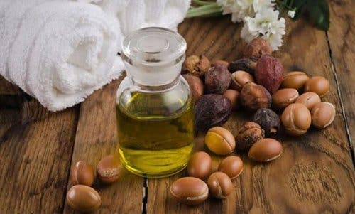 Sticluță cu ulei de jojoba înconjurată de boabe