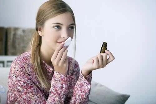 Tânără care miroase o substanță