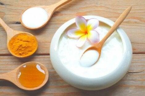 Tratament pentru față cu miere, iaurt și curcuma