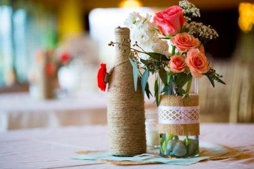 Vază din sticlă cu trandafiri