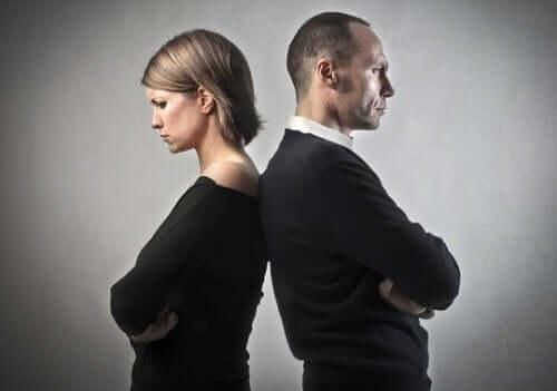 Bărbat și femeie stând cu spatele