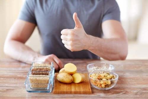 Bărbat servind surse de carbohidrați care nu îngrașă
