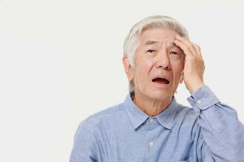 Bătrând cu probleme de memorie