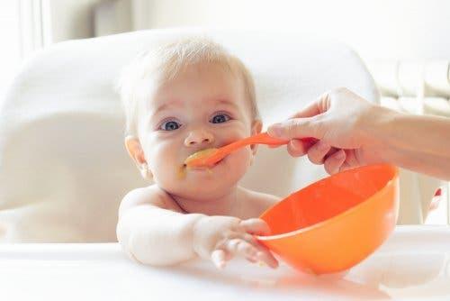Bebeluș hrănit cu budincă