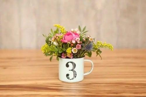 Cană metalică cu flori