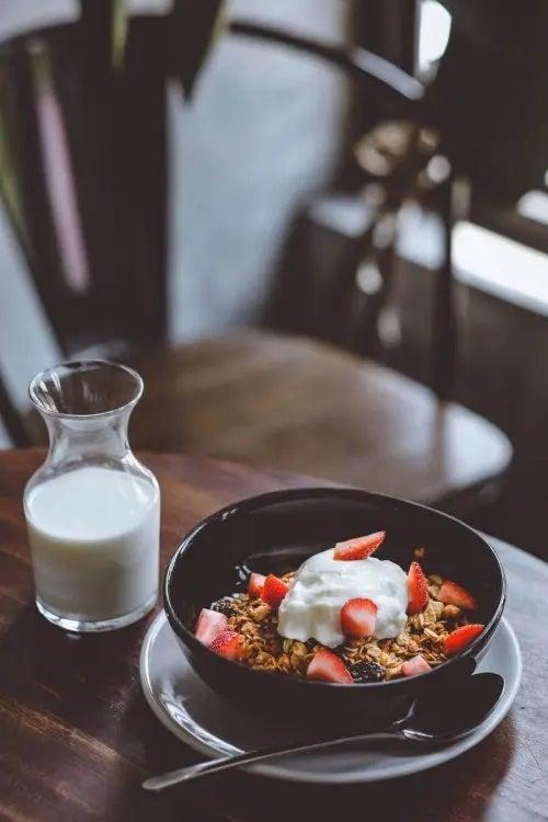 Castron cu cereale și pahar cu lapte