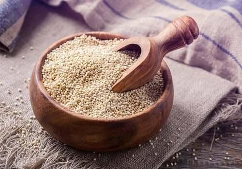 Castron de lemn cu quinoa