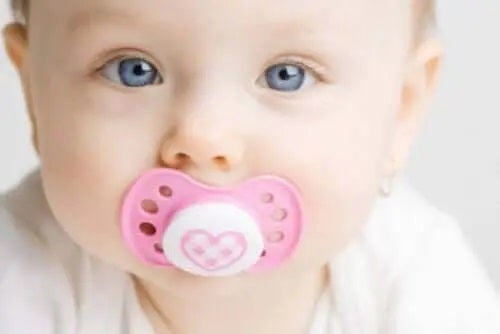 Copil cu suzetă în gură