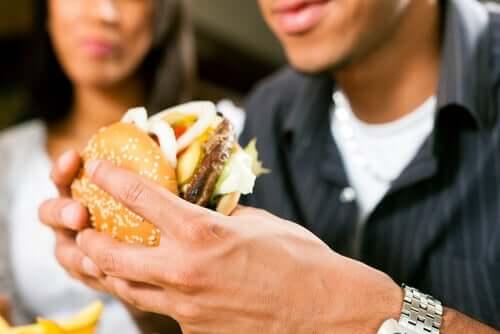 Cuplu comițând greșeli în alimentație