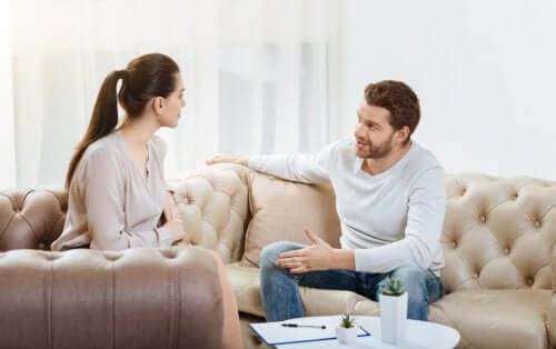 Cuplu ilustrând obiceiuri care pot ucide o relație