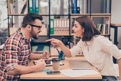 Cuplu manifestând semne că un mariaj a eșuat la birou