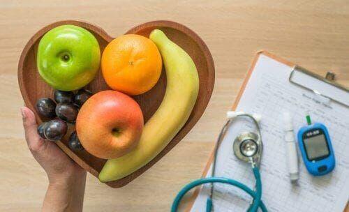 Farfurie în formă de inimă cu fructe sănătoase