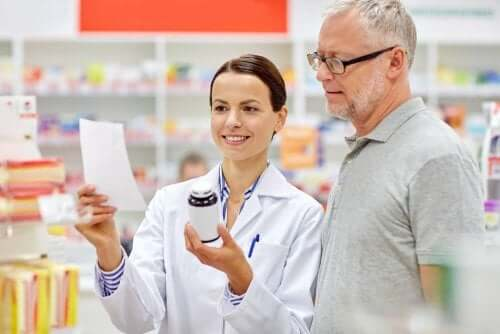 Farmacist pregătind medicamentele unui pacient