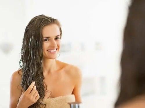 Fată care profită de o rețetă de balsam de păr natural