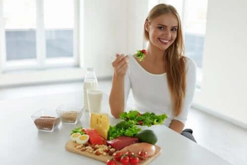 Femeie servind alimente care susțin prevenirea căderii părului