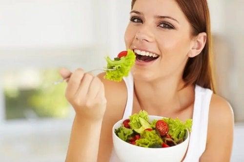 Femeie care profită de beneficiile dietei mediteraneene