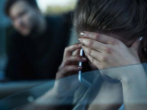 Femeie descoperind cum poți să raportezi un partener abuziv