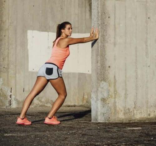 Femeie efectuând exerciții de întindere pe un șantier