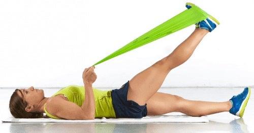 Femeie practicând exerciții pentru pacienții cu osteoartrita genunchiului