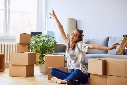 Femeie fericită după mutatul împreună fără stres
