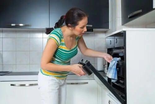 Femeie care gătește rețete delicioase cu cotlet de porc