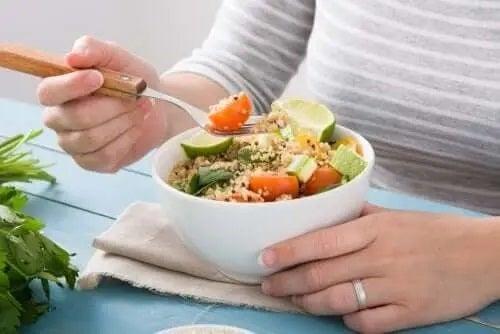 Femeie care mănâncă un preparat vegan