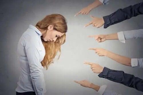 Femeie pe care alții dau vina