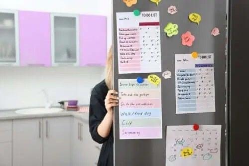 Ușă de frigider cu liste de sarcini
