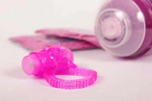Jucării sexuale și tub de lubrifiant