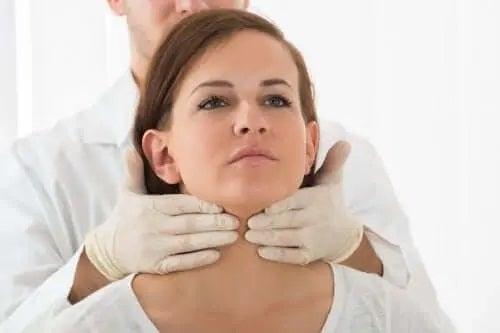 Medic care examinează simptomele adenomului hipofizar