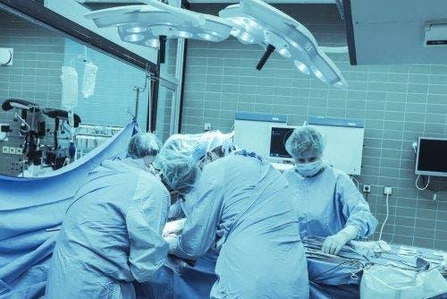 Medici efectuând amputarea supracondiliană