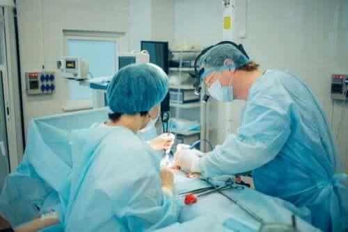 Medici efectuând o operație