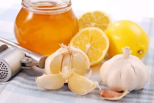 Miere cu lămâie și usturoi