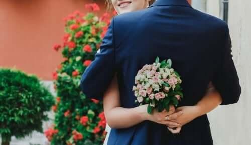Mire și mireasă îmbrățișându-se la nuntă