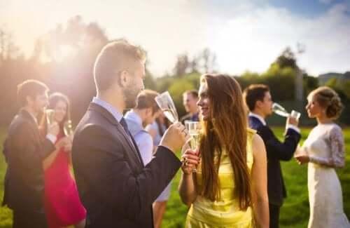 Nuntași vorbind într-o grădină