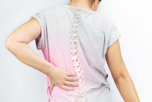 Pacient experimentând o durere de spate cauzată de scolioză