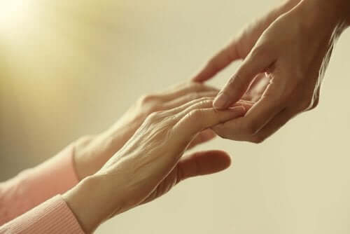 Persoane care se țin de mână