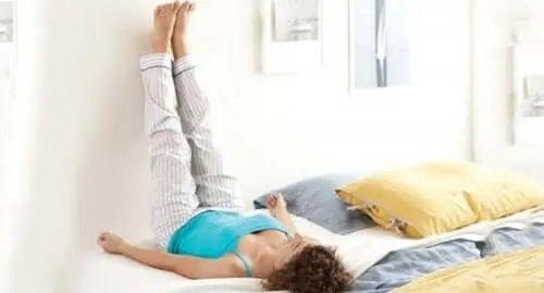 Femeie care folosește tratamente pentru picioare și glezne umflate