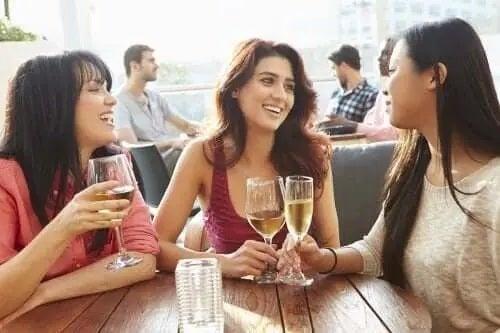 Prietene la terasă bând vin