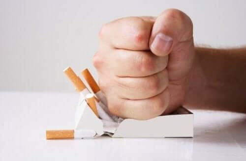 Pumn strivind un pachet de țigări