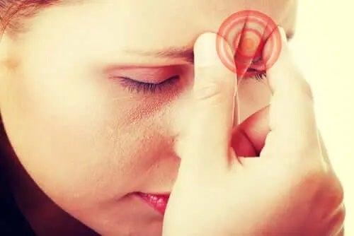 Tânără care resimte durerea de cap declanșată de tuse