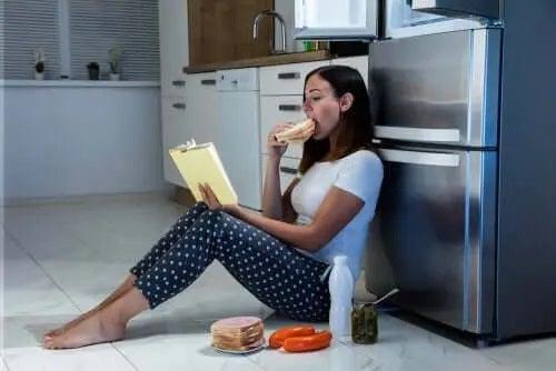 Tânără afectată de sindromul mâncatului noaptea