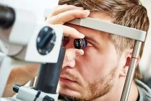 Bărbat care are nevoie de tratamente pentru ochii încrucișați
