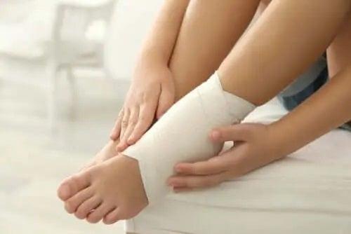 Tratamente pentru picioare și glezne umflate cu bandaje elastice