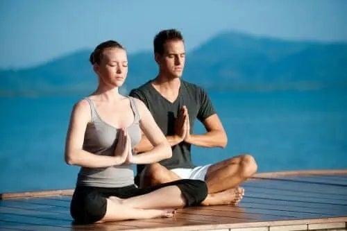 Practică yoga cu partenerul tău!