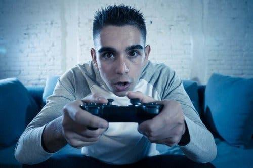 Băiat resimțind efectul jocurilor video asupra adolescenților